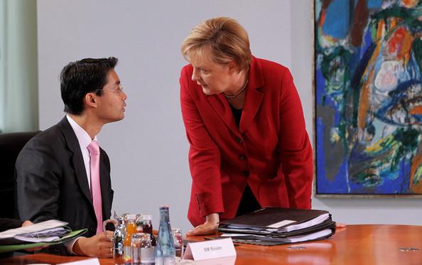 Nguyên Phó Thủ tướng Đức gốc Việt đang trao đổi với với nữ Thủ tướng Angelia Merkel
