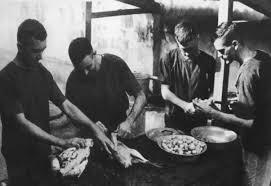 tù-binh-mỹ-được-tự-nấu-ăn-vào-dịp-lễ-tết