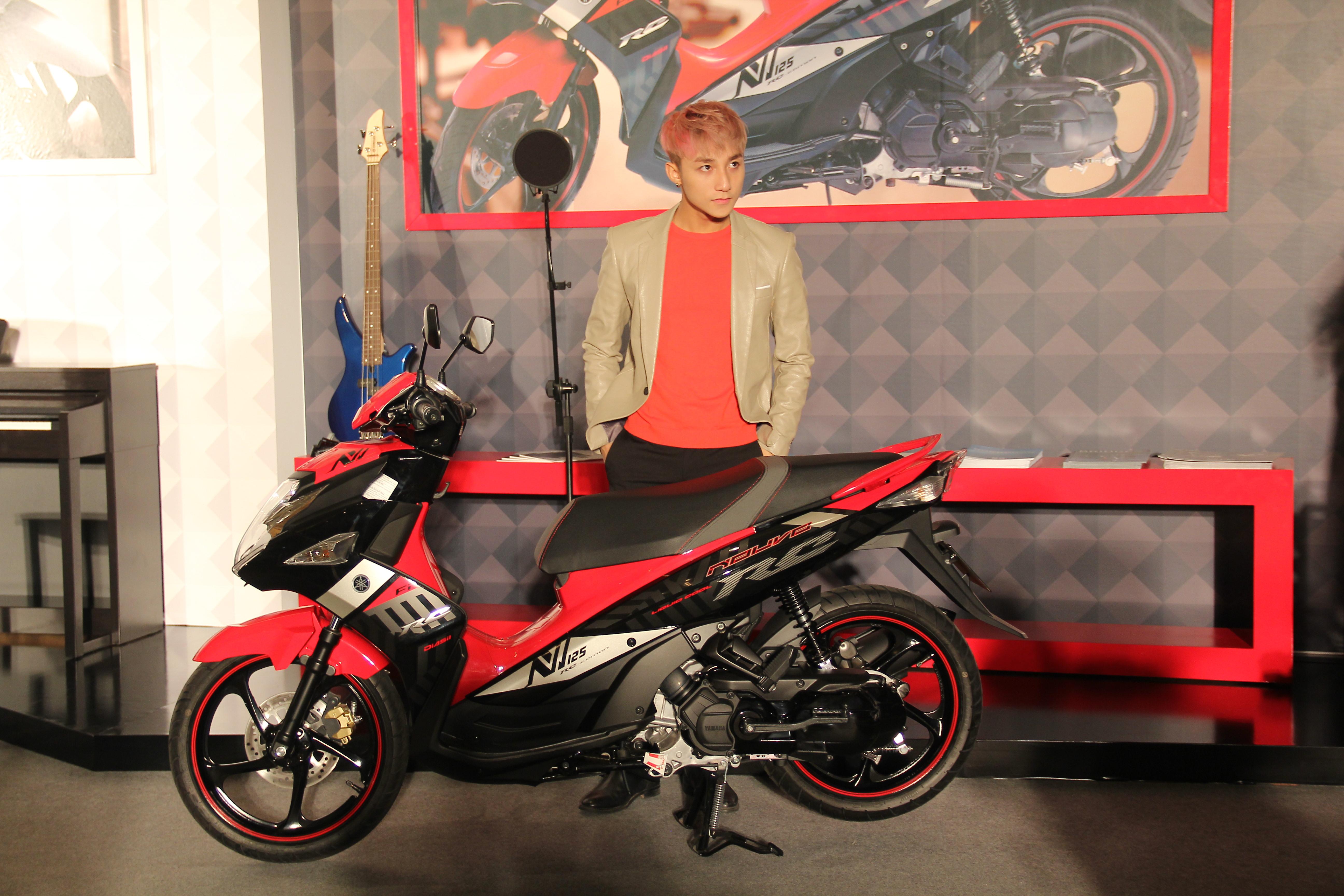 Ca sĩ Sơn Tùng M-TP bên chiếc xe Nouvo FI RC trong buổi ra mắt đại sứ thương hiệu của Yamaha