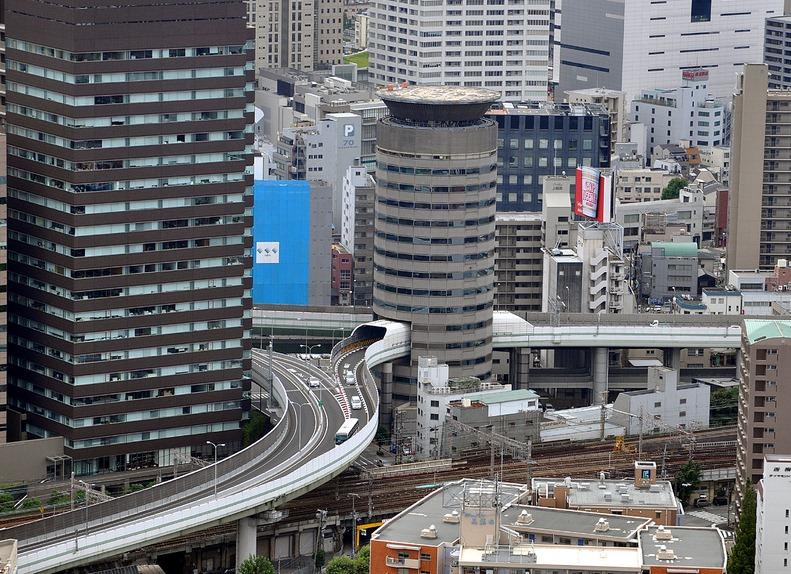 """""""Tròn mắt"""" với """"cầu xuyên nhà"""" ở Osaka Nhật Bản"""