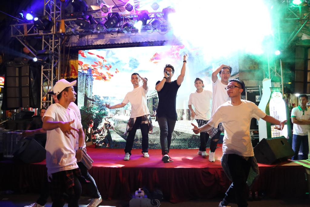 Ca sỹ Đinh Mạnh Ninh thể hiện ca khúc Cuối tuần.