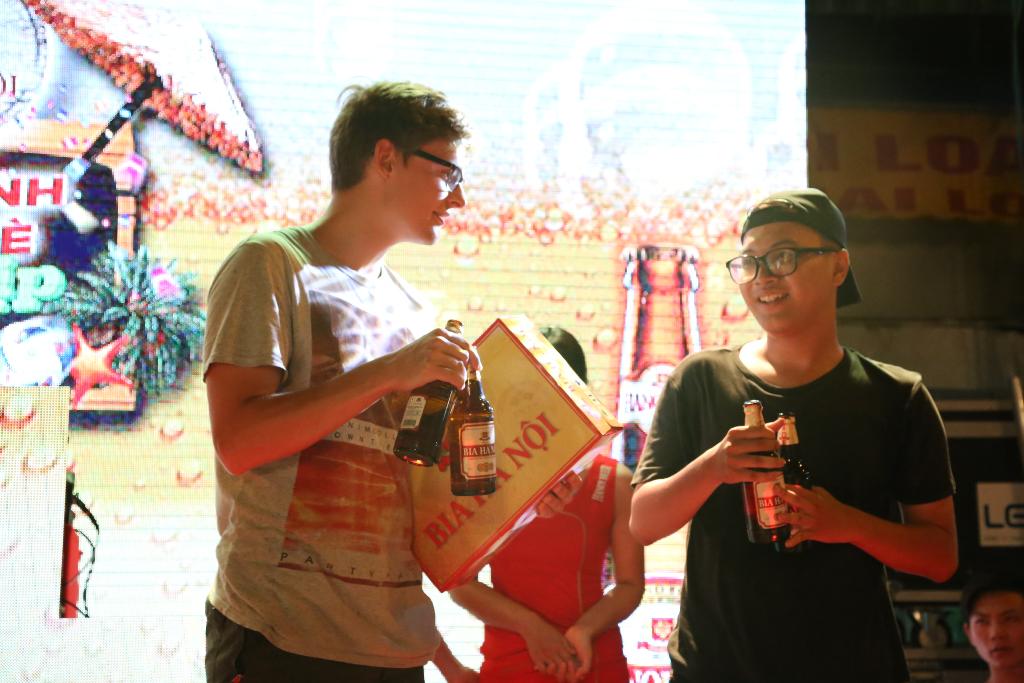 Anh Michel tham gia chương trình trò chơi và nhận phần thưởng từ Bia Hà Nội