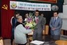 Đại sứ Qatar tặng quà cho các nữ bệnh nhân ung thư