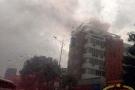 Tòa nhà Airimex cháy đùng đùng giữa trời mưa