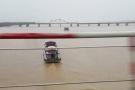 Tàu chở 300 tấn cát vàng chìm trên sông Hồng
