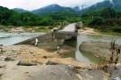 Sau mưa lũ, lộ cây cầu bê tông... không lõi thép
