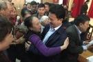 Hàng trăm tư thương cảm phục ôm hôn chủ tịch tỉnh Hà Tĩnh