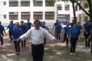 Thầy giáo già nhảy múa vui nhộn theo bài 'Đàn gà con'