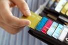 Dùng thẻ ghi nợ có thể giúp bạn giàu hơn?