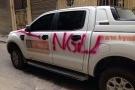 Hà Nội: Ô tô bán tải bị chèn gạch, sơn chữ 'NGU' lên thân xe