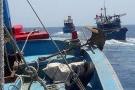 Hỏng máy ngoài khơi, chiếc tàu hỏng được 2 tàu cá lai dắt vào bờ an toàn