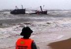 Huế: Mưa lớn kéo dài, một tàu cá bị sóng biển đánh chìm