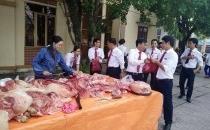 Nhân viên ngân hàng về tận làng 'giải cứu lợn' cho nông dân