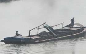 Bắt quả tang 3 tàu khai thác cát lậu trên sông Ngàn Sâu