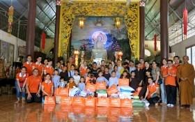 Lãnh sự Nam Phi tặng quà cho Trung tâm nhân đạo Huyền Trang