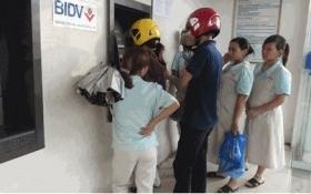 Lo quá tải ATM, mang tiền đến nhà máy trả lương