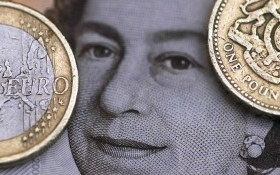 """Mỹ: Doanh số bán lẻ """"dậm chân tại chỗ"""", USD giảm"""