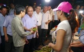 """Thủ tướng bất ngờ """"vi hành"""" chợ Long Biên lúc tờ mờ sáng"""