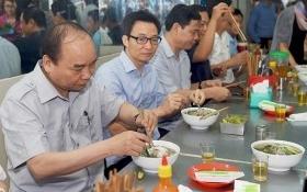 Thủ tướng ăn phở, uống cà phê 'bình dân' ở Sài Gòn