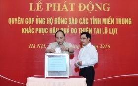 Thủ tướng quyên góp ủng hộ người dân vùng lũ miền Trung
