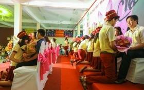 Học sinh ở Sài Gòn quỳ gối tri ân cha mẹ