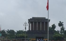 Người dân 'đội mưa' xếp hàng vào Lăng viếng Bác nhân kỷ niệm 127 năm ngày sinh