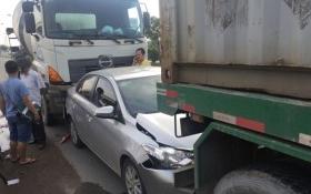 Thai phụ thoát chết khi ôtô kẹp giữa xe bồn và xe đầu kéo ở Sài Gòn