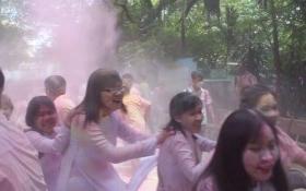 Sự thật vụ học sinh ném bột màu vào cổng trường sau lễ tri ân thầy cô