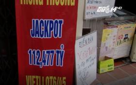 Đại lý vé số Hà Nội căng băng rôn tìm chủ nhân trúng giải Jackpot 112 tỷ đồng