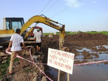 Hiện trường móng cột điện cao thế bị tố đổ bê tông trộn đất