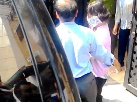 """Con gái """"sếp"""" hải quan """"tiếp tay"""" buôn lậu qua sân bay Tân Sơn Nhất ?"""