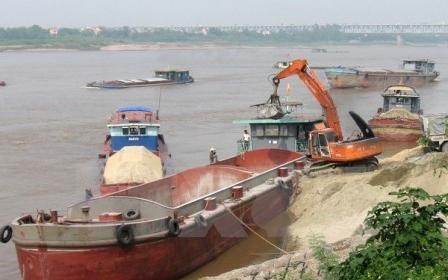 Công an Hà Nội bắt giữ 5 tàu và 10 'cát tặc' trên sông Hồng